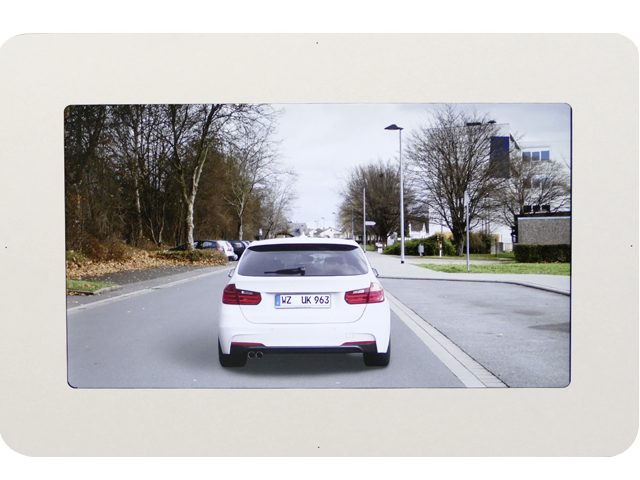 Visualisierung einer Straßensituation bei Tageslicht.