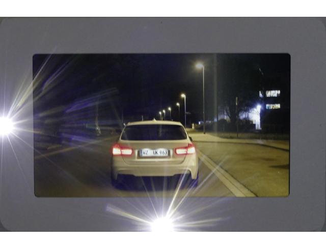 Visualisierung einer Straßensituation bei Nacht mit Blendsimulation.