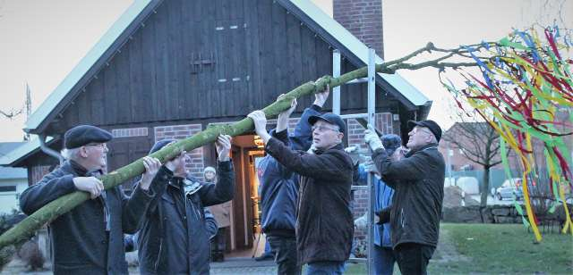 Heimatverein und Lembecker Oldtimerfreunde feiern Richtfest.