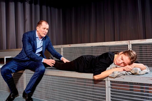 """Martin Lindow und Josepha Grünberg als Gerd und Selma im Theaterstück """"Wunschkinder"""". Foto: Tom Philippi"""