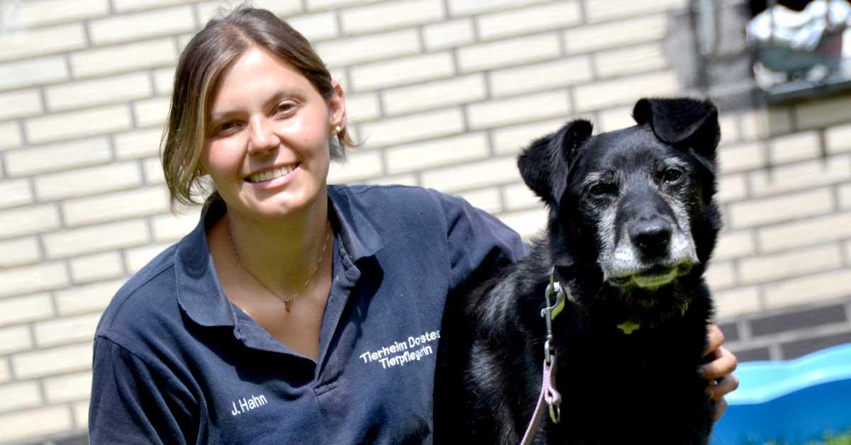 Tierpflegerin Janina Hahn spielt mit Blacky
